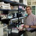Le professeur Tony Antakly s'intéresse notamment à la biologie du développement et au contrôle de l'expression des gènes. Crédit photo : Zacharie Routhier.