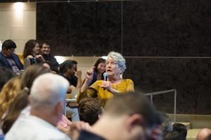 Le public a été invité à poser leur question à la fin de la soirée. Crédit photo : Zacharie Routhier.