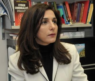La professeure Esma Aïmer travaille sur la préservation et la détection de la violation de la vie privée sur internet ainsi que sur la sécurité dans la gestion de l'information. Crédit photo : Esma Aïmer.