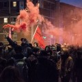 Des manifestants ont coloré l'air de fumigènes à quelques reprises. Crédit photos : Jean-Baptiste Demouy et Zacharie Routhier.