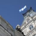 Le PEQ a été mis en place par le gouvernement libéral de Jean Charest, pour permettre aux diplômés du Québec et aux travailleurs étrangers temporaires d'obtenir plus rapidement un Certificat de sélection du Québec en vue de la résidence permanente. Crédit photo : Wikipedia Commons.