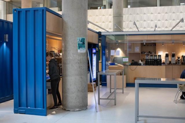 Les installations des cafés sont inachevées et les étudiants notent des défauts d'aménagement. Photo : Jacob Côté.