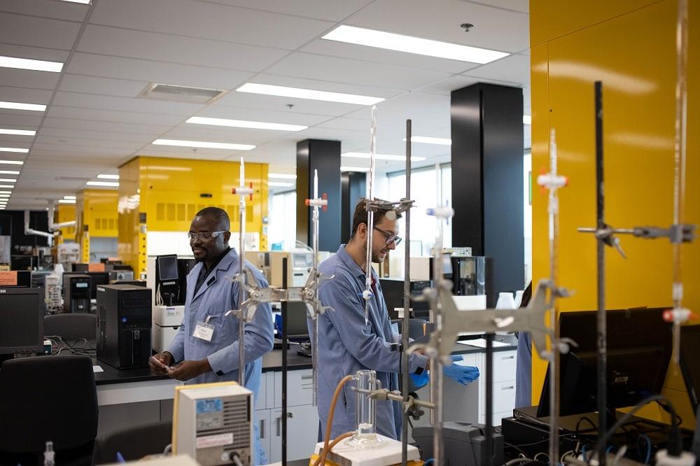 Selon les professeurs, les nouveaux laboratoires facilitent les interactions et le travail de groupe pendant les cours pratiques de chimie. Photo : Jacob Côté.