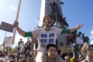 """""""On est plus chaud, plus chaud, plus chaud que le climat !"""", ou, """"Et un, et deux, et trois degrés !"""", sont des exemples de slogans scandés par la foule lors de la manifestation du 27. Crédit photo : Roméo Mocafico"""