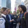 Le co-porte-parole d'Extinction Rébellion, François Léger Boyer, parle à un membre du corps de police de Montréal lors de la manifestation du mardi 8 qui a eu lieu au centre-ville  Crédit photo: Roméo Mocafico