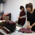 L'étudiante en cinéma, Jessica Drabek, organise un échange de vêtement ce vendredi premier novembre à l'UdeM.  Photo : Jacob Côté
