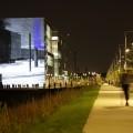 Des spectateurs quittent le site après avoir observé les vidéos projetées en boucle sur un mur extérieur de l'édifice voisin (Crédit Louis-Philip Pontbriand).