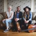 Le trio É.T.É. fait partie du paysage de la musique traditionnelle québécoise depuis 2015. De gauche à droite : Élisabeth Moquin, Thierry Clouette et Élisabeth Giroux. Photo : Amélie Fortin