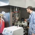 L'agent de recherche du projet, Mathieu Charbonneau, utilise l'appareil qui permet de réaliser la solubilisation des composants. Photo : Jacob Côté.