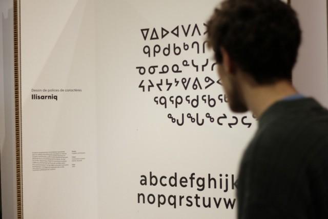 Design typographique réalisé à la demande de la Commission scolaire de Kativik, au Nunavik. La firme montréalaise de design Coppers & Brasses a revu à la fois l'alphabet latin et les symboles syllabiques Inuktituk, afin d'assurer la cohésion graphique de ces deux éléments. Photo : L.-P. Pontbriand