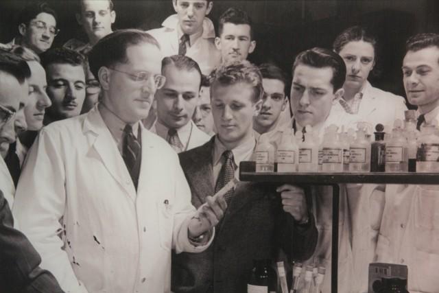 Professeur_et_étudiants_en_laboratoire_de_chimie_vers_1970_photo_Archives_UdeM