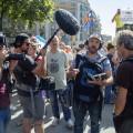 Le réalisateur Alexandre Chartrand (de face) en tournage dans les rues de Barcelone, en 2017. M. Chartrand a pris goût à la langue et à la culture de la Catalogne grâce à ses études catalanes à l'UdeM. Photos : courtoisie Benjamin Hogue