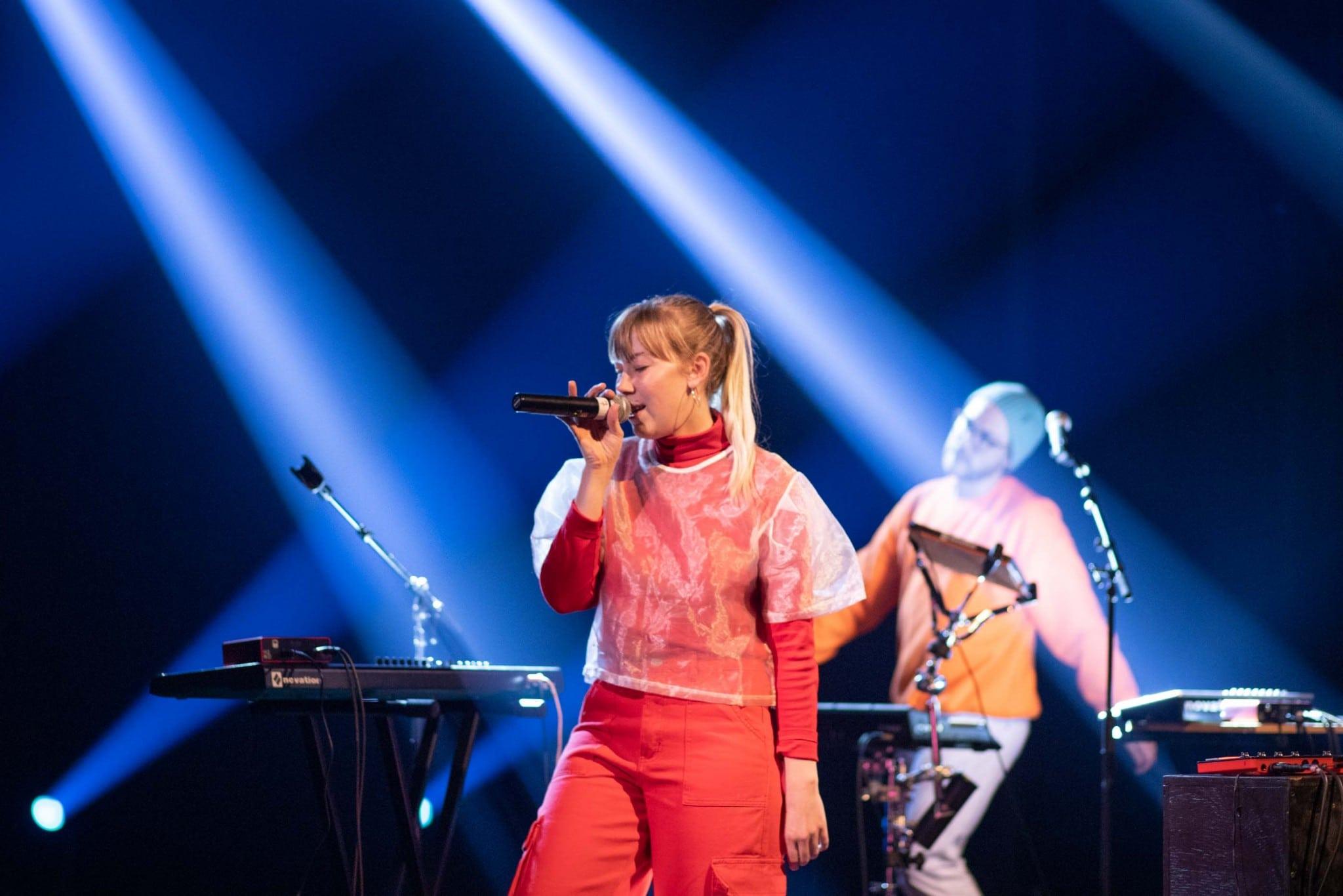 Le duo montréalais Titelaine, composé de Gabrielle Legault et Loukas Perreault, a animé une partie de la soirée avec une prestation hors-concours. Ces deux diplômés de l'UdeM et ont été finalistes à l'UES en 2018 et en 2019. Photo : Jacob Côté