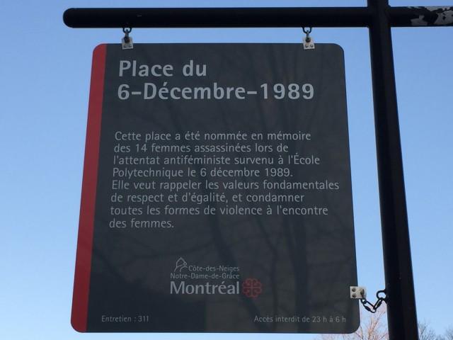 """La Ville de Montréal a récemment remplacé le panneau de la Place du 6-décembre-1989, qui fait maintenant état d'un """"attentat antiféministe"""". Photo : courtoisie André Querry"""
