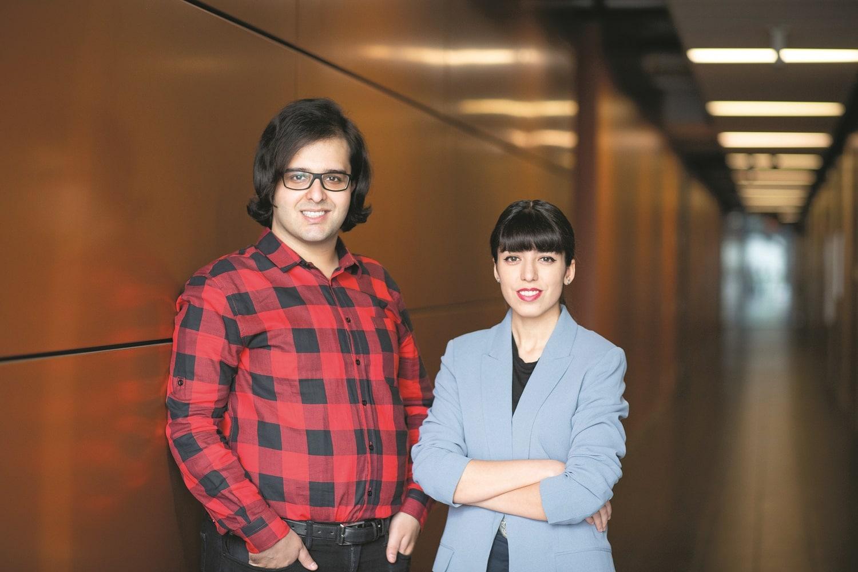 Les deux chercheurs de Concordia, Hessam Amini (gauche) et Elham Mohammadi (droite) ont entraîné leurs algorithmes à reconnaître les messages écrits par des personnes anorexiques en leur indiquant s'ils visaient juste ou non. Un processus appelé l'entraînement dirigé. Photos : Jacob Côté