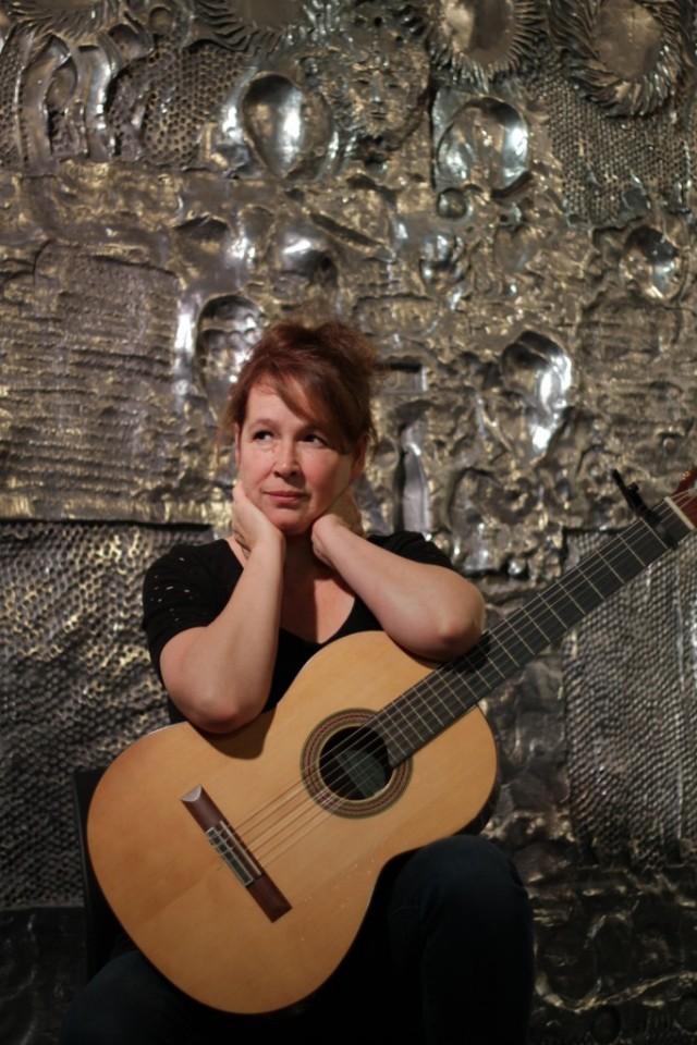 La musicienne Valérie Gagné, photographiée devant l'Homme soleil de Jordi Bonet.