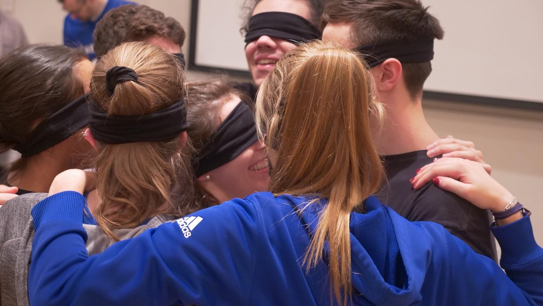 Les étudiants-athlètes réalisent la première activité du parcours, les yeux bandés, afin de se familiariser avec les autres participants.  Photo : courtoisie Sophie Gadoury pour les Carabins