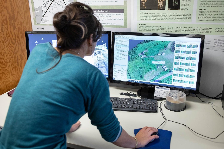 La doctorante en anthropologie, Diane Martin-Moya, procède à la photogrammétrie dans le nouveau laboratoire. Il s'agit d'une technique de reconstruction numérique permettant de créer des modèles en trois dimensions de restes humains retrouvés sur les sites archéologiques. Photo : Jacob Côté