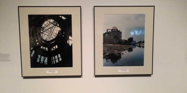 Deux photographies illustrent le Mémorial de la Paix d'Hiroshima. Crédit photo : Marc Boulanger